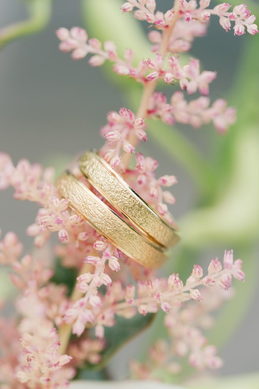 photographe-mons-alliance-or-jaune-dans-bouquet-pastel