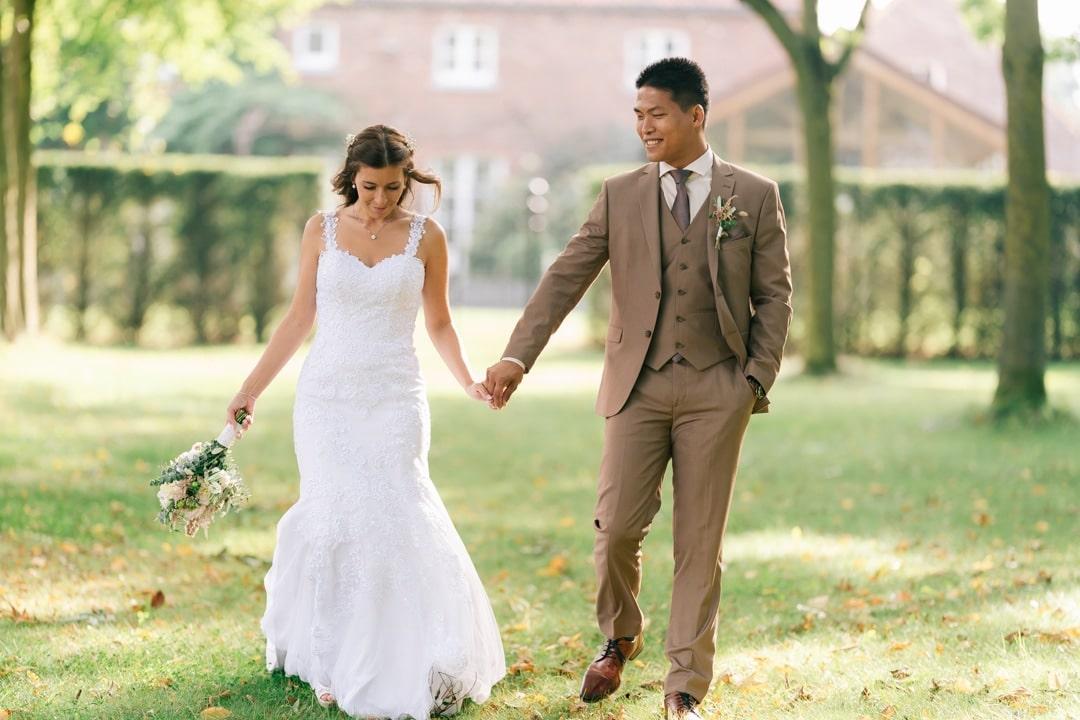 photo des mariés avec belle lumière arrière